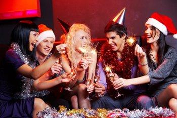 Веселая компания на новогодней вечеринке